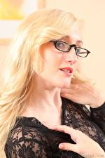 Обои Rachelle Summers Блондинка Очки Смотрит Волосы Рука