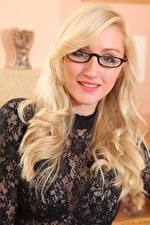 Фотографии Rachelle Summers Блондинка Волосы Взгляд Очков Улыбка молодая женщина