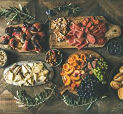Обои для рабочего стола Колбаса Ветчина Бутерброды Виноград Сыры Инжир Персики Оливки Разделочная доска Нарезанные продукты Пища