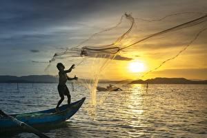 Фотография Рассветы и закаты Лодки Мужчины Азиатки Рыбалка Fishing net