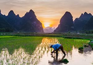 Фотография Рассветы и закаты Горы Поля Азиаты Шляпе Работа Природа