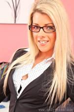 Фото Tillie Model Блондинки Взгляд Очки Улыбается Волос Девушки