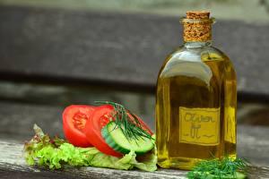Фотография Томаты Огурцы Размытый фон Бутылка Масла Нарезанные продукты Пища