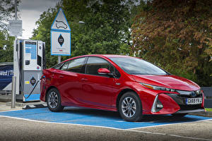 Картинки Toyota Красные Металлик Гибридный автомобиль 2019 Prius Plug-in Hybrid Business Edition