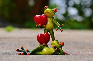 Обои для рабочего стола Игрушка Лягушки Сердце Два Лежачие