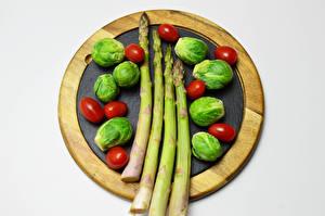 Фотографии Овощи Помидоры Сером фоне Разделочная доска Спаржа Brussels sprout