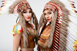 Обои для рабочего стола Индейский головной убор Индейцы Красивая Сером фоне Две Смотрит Vitaly Rychkov молодые женщины