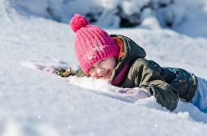 Картинка Зимние Снеге Лежит В шапке Улыбка ребёнок