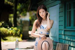 Фото Азиатки Платья Шляпы Позирует Рука Шатенки Волос Смотрит Миленькие девушка