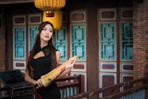 Фото Азиаты Платья Зонтом Размытый фон Шатенки Поза молодые женщины