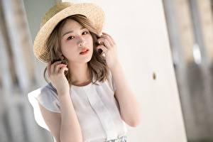 Фото Азиатки Позирует Шляпы Рука Взгляд молодая женщина