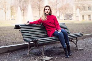 Картинки Скамейка Сидит Джинсов Пальто Блондинка Волосы Смотрит девушка