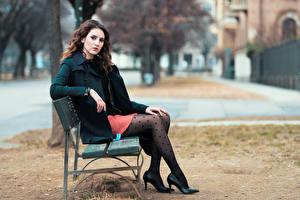 Фото Боке Скамейка Сидящие Ног Пальто Шатенка Девушки