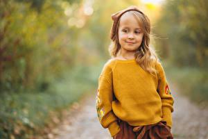 Фото Боке Девочка Свитере Смотрит ребёнок