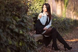 Фотография Боке Позирует Сидящие Сапогов Ног Шатенки девушка