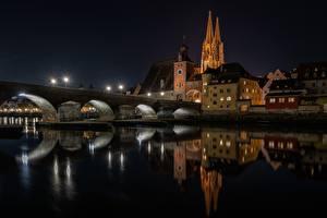 Картинка Мосты Здания Реки Германия Ночь Regensburg, Stony Bridge город