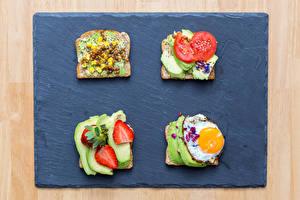 Фотография Бутерброды Хлеб Клубника Авокадо Яичница Пища