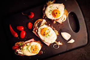 Обои Бутерброды Помидоры Разделочная доска Яичницы Продукты питания