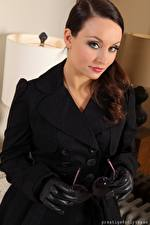 Картинки Carla Brown Смотрят Рука Перчатках Очках Пальто Девушки
