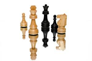 Картинка Шахматы Белым фоном Отражается спортивные