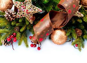 Фото Рождество Ягоды Белом фоне Ветвь Шар Звездочки Ленточка