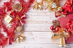 Обои для рабочего стола Новый год Доски Подарки Колокольчик Шишка Шаблон поздравительной открытки