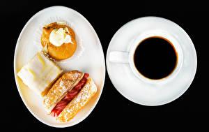 Фото Кофе Пирожное На черном фоне Тарелке Чашка Пища