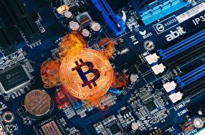 Фотография Монеты Bitcoin Деньги Огонь Компьютеры