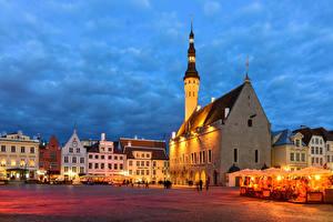 Фотография Эстония Таллин Вечер Дома Городская площадь Кафе Уличные фонари Города