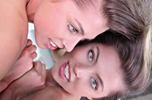 Картинки FERGIE A Valentina Kolesnikova Вблизи Лица Русые Взгляд Рука Отражение молодые женщины