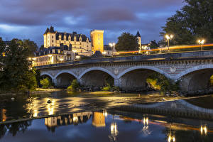 Картинки Франция Замок Реки Мост Вечер Уличные фонари Castle and Bridge in Pau Города