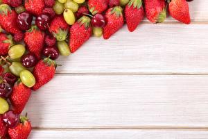 Обои для рабочего стола Фрукты Ягоды Клубника Черешня Виноград Доски Шаблон поздравительной открытки Продукты питания