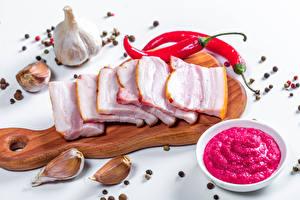 Обои Чеснок Перец чёрный Острый перец чили Разделочной доске Сало Нарезанные продукты Пища