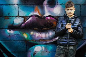 Фото Граффити Губы Стенка Мальчишки Куртке ребёнок