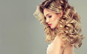Обои Сером фоне Блондинки Волос Серег Сбоку Красивая Прически девушка