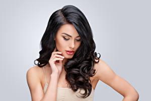 Фотография Сером фоне Брюнеток Волосы Руки Прически девушка