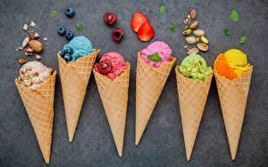 Фотография Мороженое Ягоды Вафельный рожок Разноцветные Пища