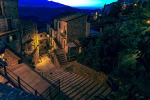 Обои для рабочего стола Италия Дома Лестница В ночи Bomba Города