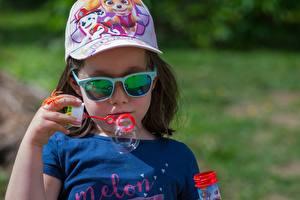 Картинка Девочка Кепка Очки Руки Мыльные пузыри Дети