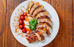 Картинка Мясные продукты Ягоды Доски Тарелка Нарезанные продукты