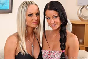 Фотографии Мелисса Мендини Vendula Bednarova Двое Блондинка Брюнетка Смотрит Улыбается Косы молодая женщина