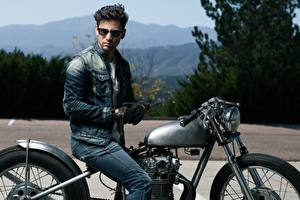 Фото Мужчины Очков Куртках Перчатках Сидящие Джинсов мотоцикл