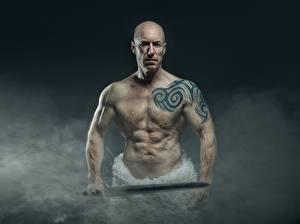 Фотография Мужчины Дым Лысый Татуировки Рука Меч Старые Мускулы