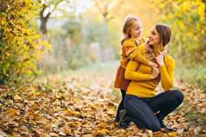 Обои Мама Осенние Боке Два Девочки Свитер ребёнок