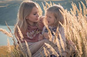 Картинки Мама Колосок Двое Девочки Русые ребёнок Девушки