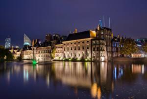 Картинки Голландия Здания Пруд Ночные Hague, Binnenhof