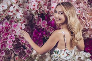Фото Орхидея Блондинки Улыбка Волос Руки Смотрят Спина Девушки