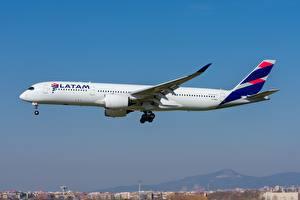 Фотография Пассажирские Самолеты Airbus Сбоку Qatar Airways A350-900