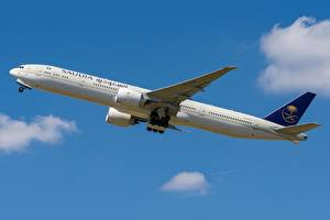 Картинки Пассажирские Самолеты Boeing Сбоку Saudi Arabian Airlines, 777-300ER Авиация