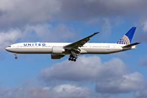 Обои Пассажирские Самолеты Boeing Сбоку United Airlines, 777-300ER